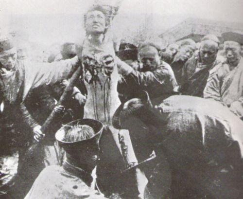 """""""Muerte de los mil cortes"""". Esta forma absolutamente horrible de tortura fue utilizada en China hasta 1905. La víctima era torturada con un cuchillo muy afilado. Esta tortura generalmente se inicia vaciando los ojos para cegar a la víctima con el fin de aumentar la agonía mental. Después se cortaban por este orden, las orejas, la nariz, los labios, dedos de las manos, dedos de los pies y en última instancia, una gran parte de la carne víctima. Todo el proceso duraba más de 3 días."""