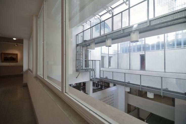 Museo Revoltella, Trieste. Le aperture verso l'atrio della galleria del quarto piano. Foto Mattia Visintini