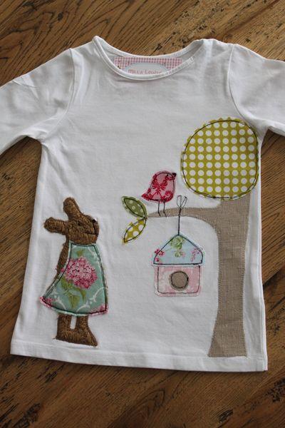 Frühlingshaftes Langarmshirt mit einem niedlichen Hasenmädchen im Hortensien-Kleidchen, Baum mit Vogelhaus und kleinem Spatz. Auf Wunsch kann d...