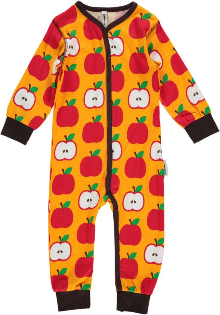 En herlig sparkedrakt med fine farger og kontrastsømmer fra svenske maxomorra. Bodysuiten Apple har lange ermer og ben og egner seg utmerket som pyjamas. En riktig myk og behagelig sparkedress som lukkes med trykknapper for enkel av- og påkledning.<br><br>Klærne fra maxomorra er kjente for sine spreke farger og morsomme mønstre. Materialene er GOTS-sertifiserte og økologiske, slik at du kan være trygg på at både barna og naturen blir godt ivaretatt!<br><br>Materiale: 95% økologisk…