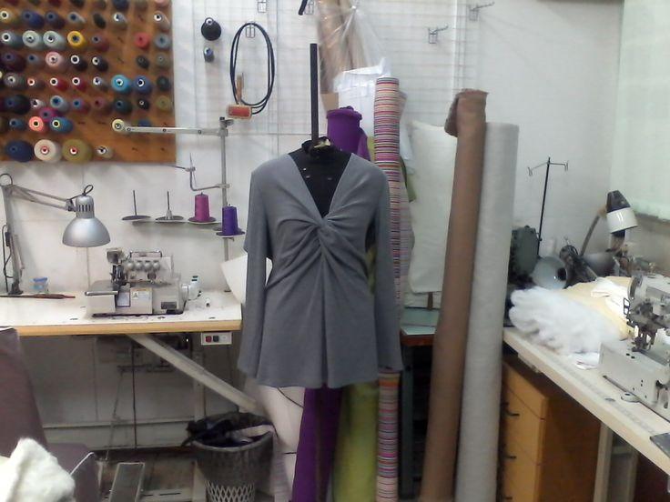 """Девушки с полной фигурой не должны носить блузки, заправленные в брюки или юбки. Блузки навыпуск с V-образным вырезом на груди, визуально делающим шею длиннее и жакеты удлиненных фасонов - вот правильные модели одежды. Модель заканчивается на линии бёдер ,что делает нижнюю часть более """"легкой"""" и стройной. Цена:  900.00 руб."""