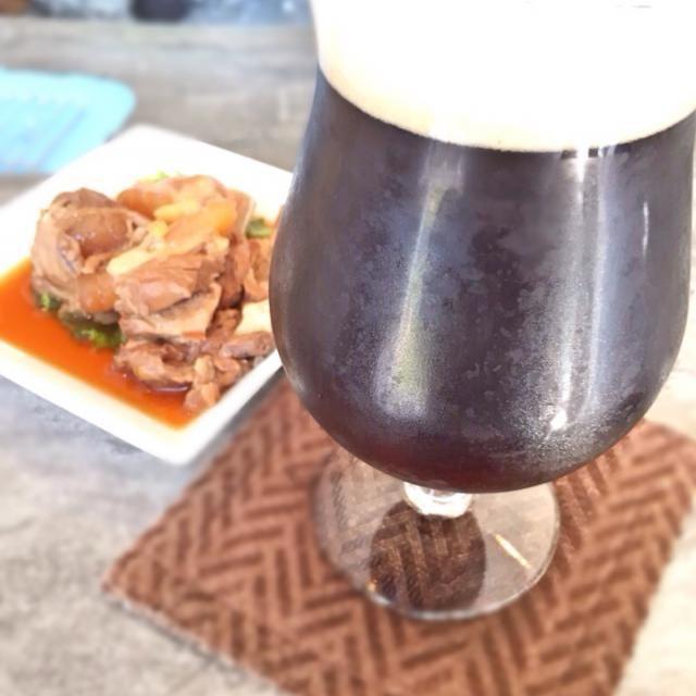 沖縄の宮古島の地ビール屋さん『宮古島マイクロブルワリー』さんに来ました。 このダーク(黒ビール)は黒糖で風味付けしてあるそうです。確かにほのかに甘い香りがフワッと 最高のエナジードリンクです おつまみはビールで煮たソーキ やっとGW…♨️ - 56件のもぐもぐ - ダーク(黒ビール)&ソーキ@宮古島マイクロブルワリー by acchi37