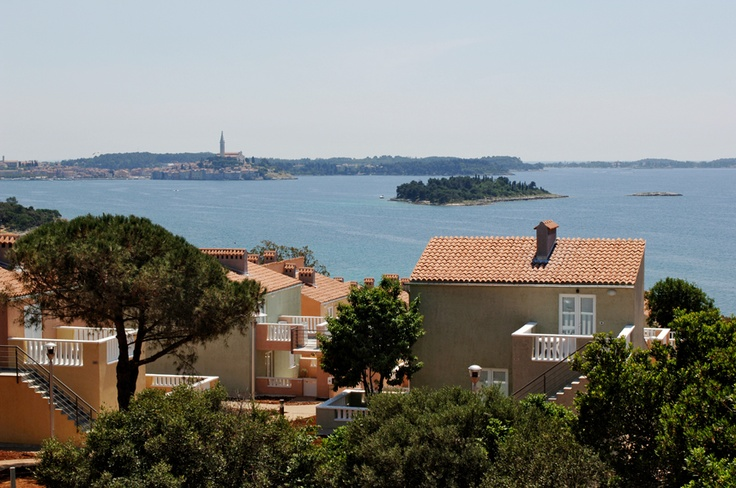 Located only four kilometers from Rovinj, Amarin Tourist Resort is well known for its gravelly beach and the view of the old town.   http://www.maistra.com/Accommodation/Resorts/Amarin_Rovinj