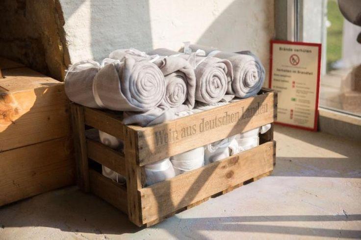 Verkaufe 9 Fleecedecken von Ikea, eingerollt mit Schleifenband, ideal für Hochzeit oder Gartenparty. Die Decken sind neu und unbenutzt. (NP 1,79/Stück). Angebot ohne Holzkiste. Diese kann Wunsch dazu gekauft werden (15,00 €).