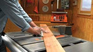Con la cuchilla adecuada, una sierra de mesa puede cortar madera, madera contrachapada, tabla de madera comprimida y laminados con facilidad.