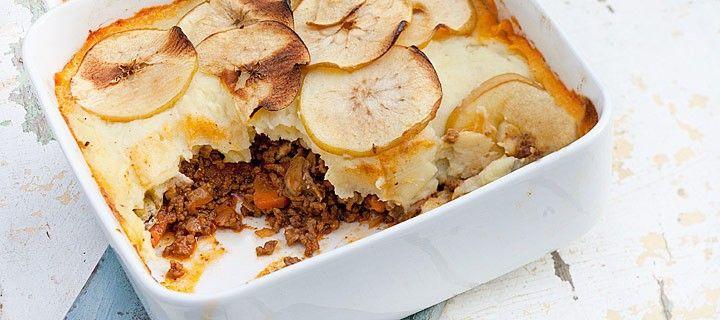 Lekkere alles in een ovenschotel met gehakt, champignons en aardappelpuree afgedekt met fris zoete appels