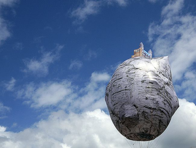 Ahmet Ogut, The Castle of Vooruit!, heliumballon met een diameter van 8 m., in opdracht van S.M.A.K. voor TRACK, 2012, foto Dirk Pauwels