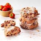 Aardbeien-scones - Amber Albarda. Echt zo lekker! Ik maak ze bijna wekelijks tijdens het aardbeien seizoen!