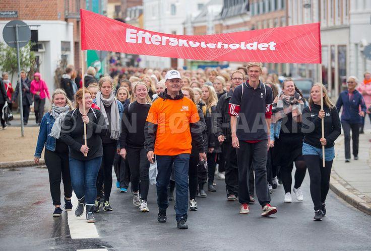 Efterskoleholdet med knap 7000 deltagere går forrest i paraden gennem Aalborg ved DGI Landsstævne 2017 Aalborg.  25.127 deltager i mere end 25 idrætter og 400 aktiviteter. Knap halvdelen er under 25 år.  Landsstævnet vil inspirere til bevægelse, nye idrætter og motionsformer. Og stævnets mål er at være trendsættende i forhold med breddeidrætten. Idrætspolitisk søger landsstævnet at sætte dagsordenen i forhold til idrættens betydning for folkesundheden. Foto: Jan Høst-Aaris/Sipureco, 29.juni…