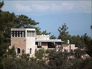 Emine Öğün & Mehmet Öğün Mimarlık tarafından tasarlanan ve Bodrum Demirbükü'nde bulunan otel, 2012 yılında kullanıma açıldı.