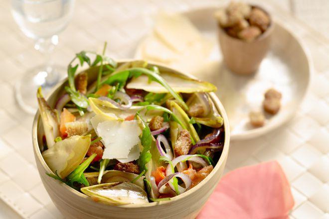 Een lichte, frisse salade van witloof is een heerlijke afwisseling van calorierijke winterkost. Je maakt het makkelijk en snel klaar en het is supergezond!