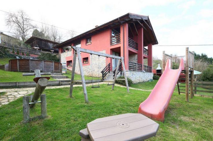Parque infantil y exterior de los apartamentos.  www.elllugar.com #Asturias #CangasdeOnis