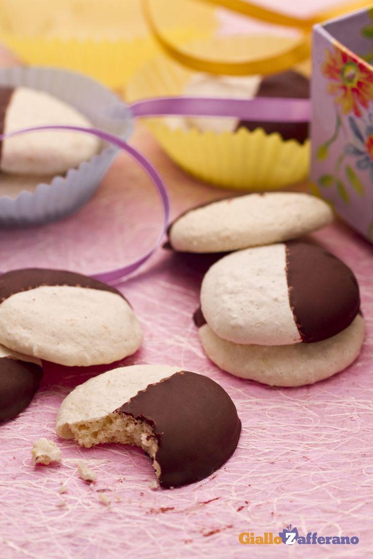 I #biscotti al cocco ricoperti di #cioccolato (chocolate-dipped coconut macaroons) sono leggeri e gustosi, preparati con soli #albumi. #ricetta #GialloZafferano #italianfood #italianrecipe