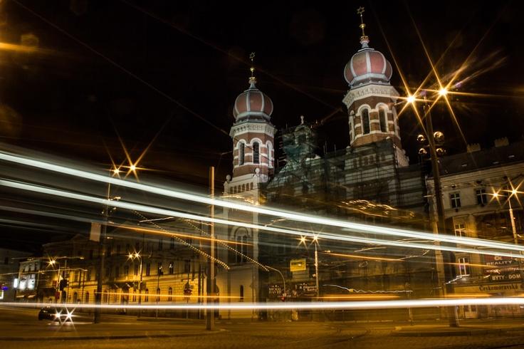 Plzeňská synagoga v noci