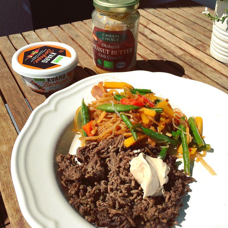 Gryta med wokade grönsaker, köttfärs & nudlar -- Fräs wokgrönsaker • lägg i Shirataki nudlar & nötfärs/kycklingfärs, krydda • Toppa med en klick kvargsås @njie & jordnötssmör med chili! #mealprep #greenchoice #miracle #noodles #lågkalori #recept #matlåda #myfood