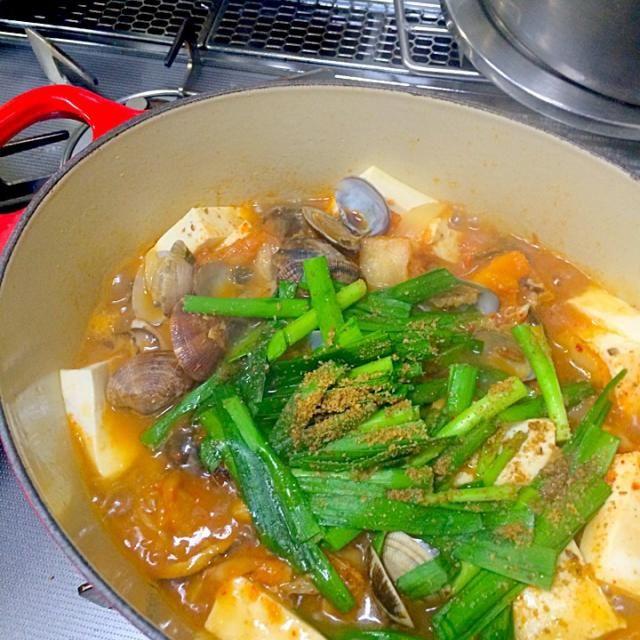 ある料理家さんの減塩レシピを参考に。 水と醤油は微量、なのにアサリ&トマト&昆布の魔法でコク旨の激ウマの仕上がり。今までは醤油を使い過ぎていたなぁ…。(*´ч`*) - 6件のもぐもぐ - 減塩豚トマトキムチ鍋 by nsaitoh8V5