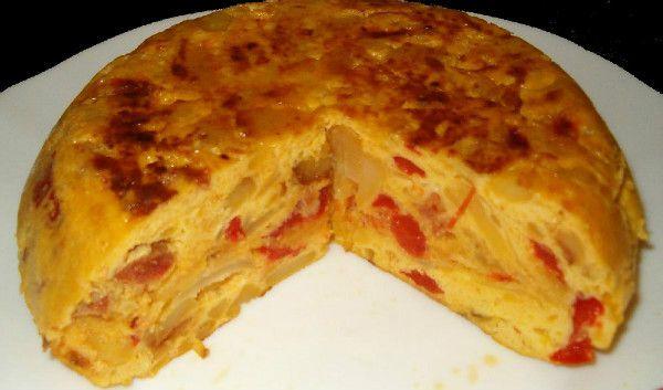La tortilla se puede hacer de muchas formas; en esta ocasión a la receta tradicional de tortilla de patatas le añadimos chorizo y pimientos asados.