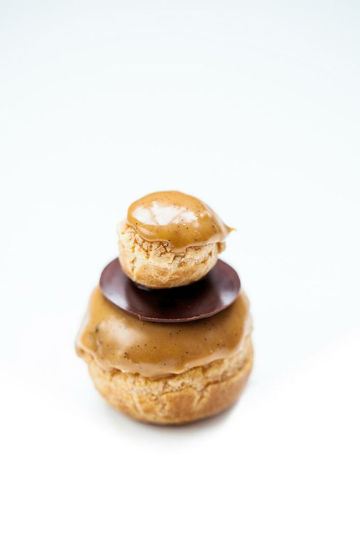 Les Parisiennes de Benoit: chef pâtissier, Jean-Loup Téterel. La Religieuse au Caramel beurre salé  Choux croustillants, crème moelleuse au caramel salé, glaçage caramel-vanille.