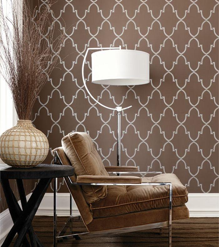 Wohnzimmer Braun Geometrische Wandtapete Schicker Sessel Dekoideen