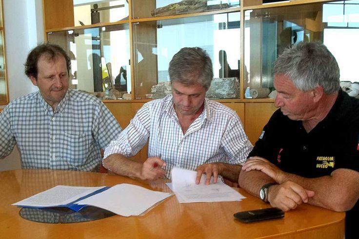 """Firman financiamiento para la creación de un nuevo parque submarino en Madryn http://www.ambitosur.com.ar/firman-financiamiento-para-la-creacion-de-un-nuevo-parque-submarino-en-madryn/ Con un aporte de 800.000 pesos del Programa """"Invertir Igualdad"""", el secretario de Turismo de la Provincia, Carlos Zonza Nigro, rubricó el convenio para que la Asociación de Operadoras de Buceo de Madryn pueda contratar una empresa que transforme la superestructura del emblemático buque"""