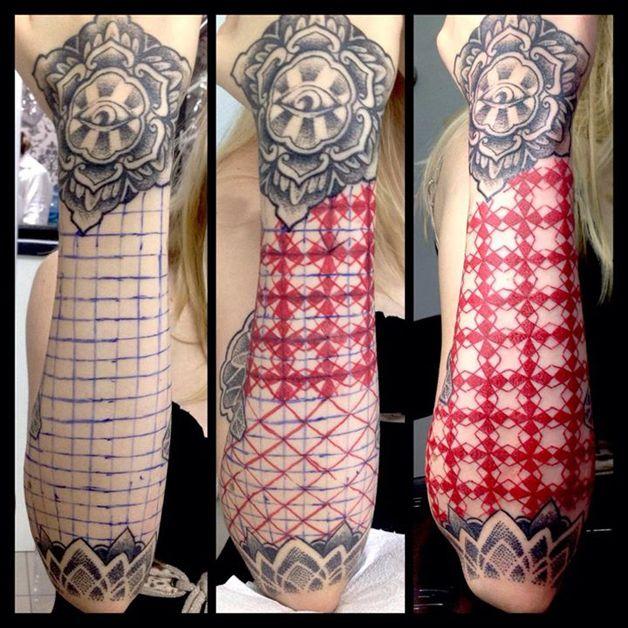 Kenji Alucky, que trabalha com pontilhismo e padrões geométricos, criando tatuagens de cair o queixo.