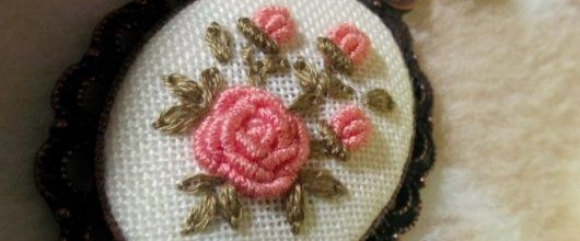 Rokoko çiçekli kanaviçe kolye