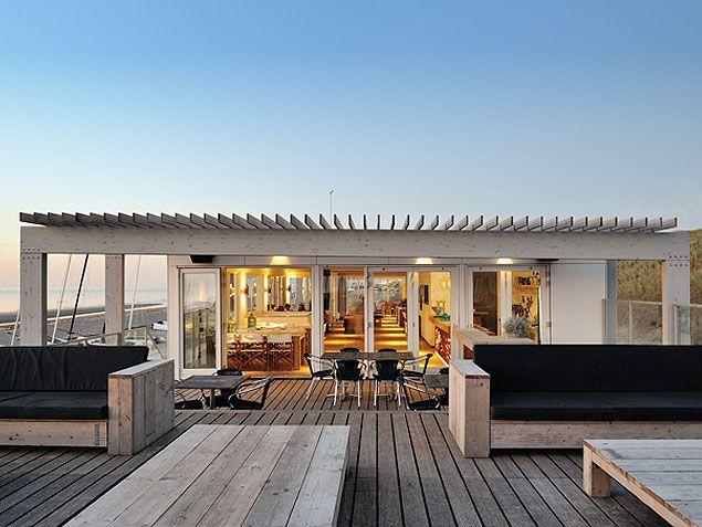 Dakterras met loungebanken bij strandhuis Zandvoort aan zee, ontwerp BNLA architecten.  Fotografie: Studio de Nooyer