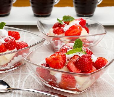 Sött möter syrligt i den här läckra desserten med bär, citronkräm och maräng. Ljuvligt god dessert som avslutning på en härlig middag. Enkel att tillaga och uppskattad av både vuxna och barn.