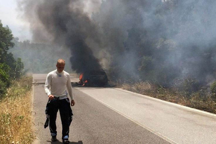 No meio do Rali da Itália do WRC, carro de finlandês entra em chamas e piloto observa sonho fritar.