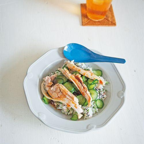 きゅうり、みょうが、青じその組み合わせが、甘辛だれをかけたゆで鶏とよく合う、さっぱり味のどんぶりです。