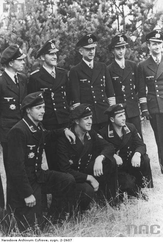Kleinkampfverbände ceremony, September 1944. Standing, R to L : Korvettenkapitän Fritz Frauenheim, Leutnant (V.) Alfred Vetter, Dönitz and Oberfernschreibmeister Herbert Berrer.