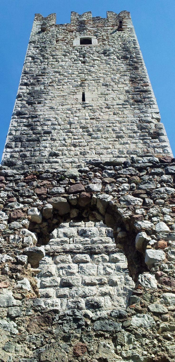La torre del castello di Drena