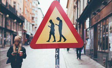 """В Хельсинки появился дорожный знак """"Люди с мобильниками"""""""