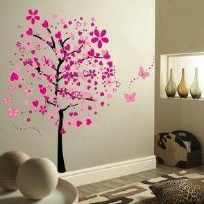 Wat een mooie muursticker boom: met blaadjes en vlinders in diverse kleuren roze. Een echte blikvanger in huis.
