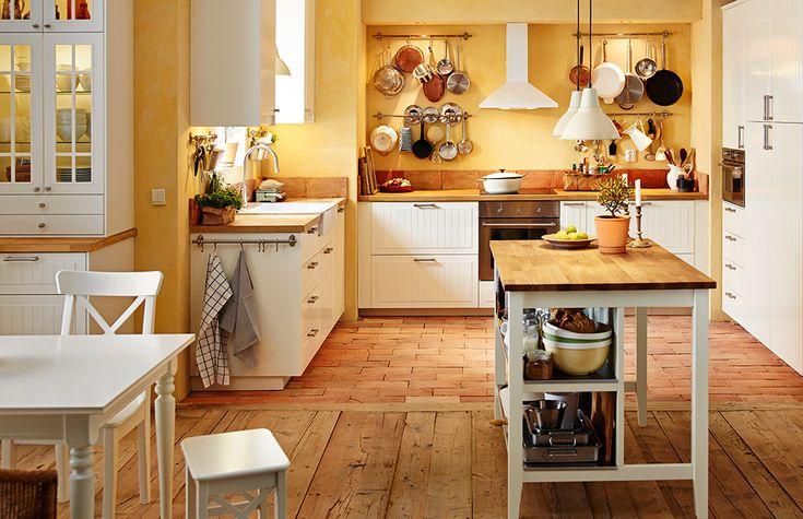 Ansicht der ganzen Küche mit Esstisch, IKEA Kücheninsel, METOD Unterschränken mit 2 KROKTORP Fronten in Elfenbeinweiß und 2 halbhohen Schubladen in Weiß, Spüle und Elektrogeräten