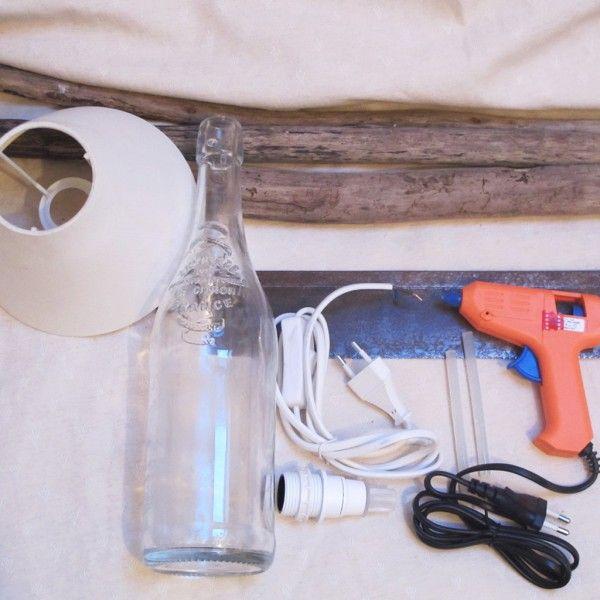 Matériel pour la lampe :                                           - Une bouteille en verre  - Un kit électrique avec adaptateur de bouteille en vente dans les magasins de bricolage.  - Du bois flotté récupéré en bord de la mer ou d'une rivière   - Un pistolet à colle  - Un abat-jour