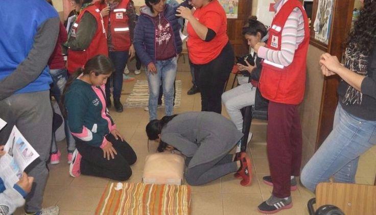 Primeros auxilios en fútbol femenino: Organizado por la Cruz Roja, las chicas aprendieron técnicas de reanimación cardiopulmonar y cómo…