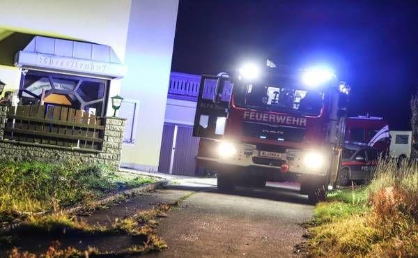 Nächtlicher Einsatz der Feuerwehr bei Brand einer Kipppfanne in einem Gasthof in Buchkirchen