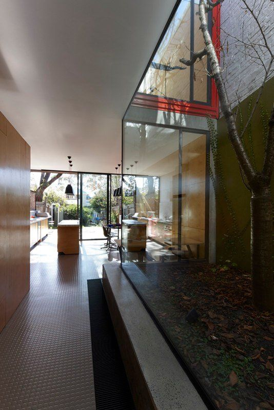 Andrew Maynard Architects designed the renovation of the Moor House, located in Melbourne, Australia