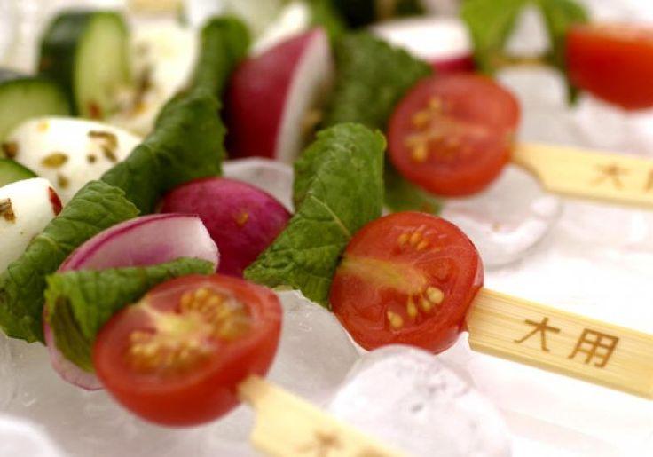 Uma boa maneira de inovar nas tradicionais folhas é servir a salada no espeto, feita com mussarela de búfala, tomate-cereja e hortelã.