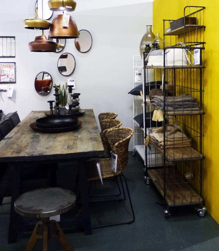 Stoere eetkamer met rieten stoelen, koperen hanglampen en stoere stellingkasten. Zen Lifestyle is gevestigd in Wijchen bij Nijmegen en heeft showroom van 10.000 m². Natuurlijk vind je in onze winkel onze eigen producten, zoals ons aanbod vintage en retro banken, onze topsellers, zoals het vintage tv-dressoir Stan. Maar ook hebben wij de mooie collectie van Zuiver en Duchtbone en vind je er nog veel meer topmerken, zoals Be Pure, JouwMeubel, UrbanSofa, Fatboy, Makkii, Woood etc.