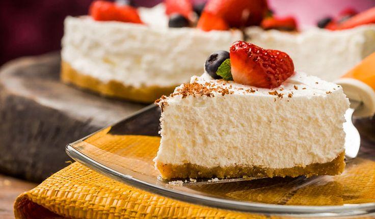 Rezept für eine leichte Low Carb Joghurt-Torte: Die kohlenhydratarme Torte wird ohne Zucker und Getreidemehl gebacken. Sie ist kalorienarm, enthält viel Eiweiß ...