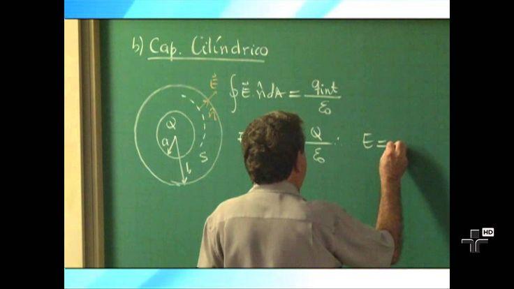 Física Geral III - Aula 5 - Capacitores e Dielétricos - Parte 1 Nesta aula, o Prof. Luiz Marco Brescansin, da UNICAMP, apresenta os conceitos de capacitância de um capacitor, realiza cálculos de algumas capacitâncias, discute a associação de capacitores em série e em paralelo, e mostra como a energia potencial fica armazenada no campo elétrico de um capacitor.