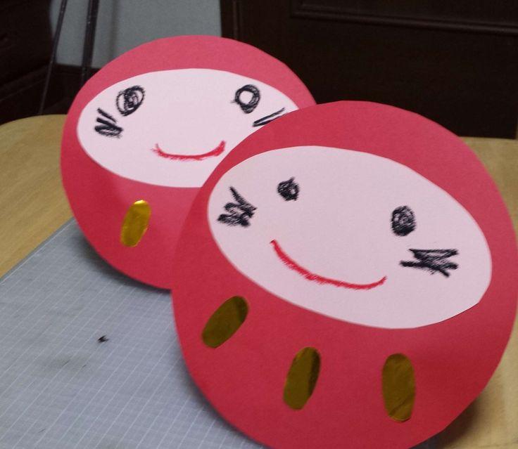 1歳児、2歳児の乳児クラスの制作活動に最適! 棚の上などに飾れる、かわいいだるまの飾りを紹介します! 紙皿と画…