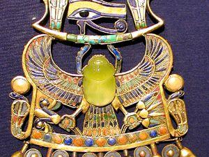 """En un broche perteneciente al tesoro de Tutankhamon, se han hallado pruebas de que en la piedra de dicho broche se han encontrado ciertos minerales llamados """"Diamantes"""" Mildred"""