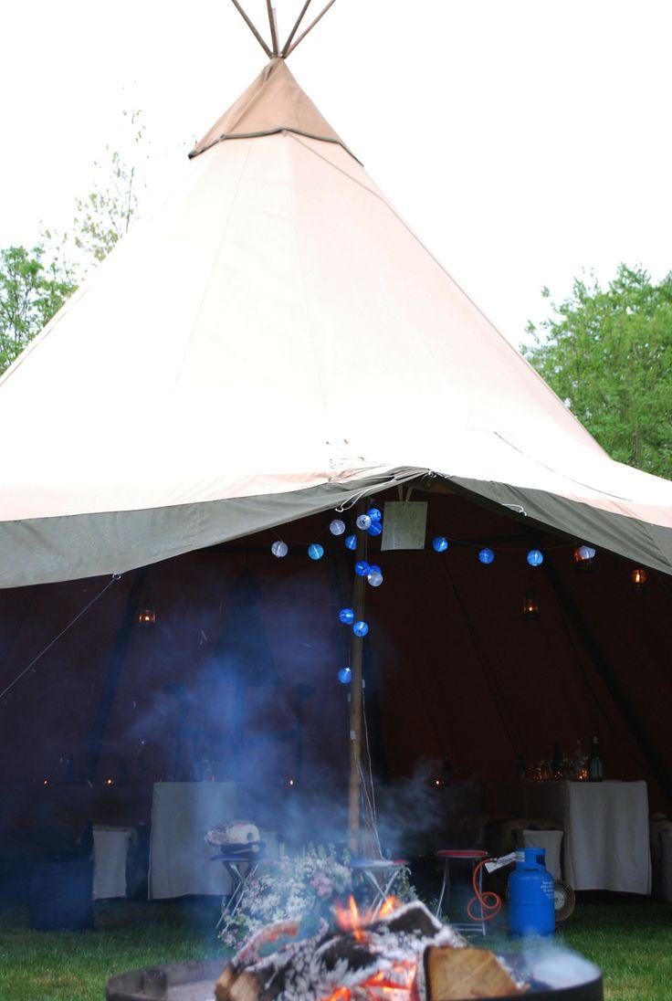 Een trouwfeest en diner buiten vieren in een tent. Trouwen // tenten // bruiloft // trouwfeest // Nordic Tipi