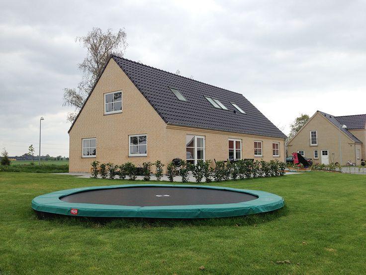 Familien Leimbergs Lind & Risør-hus i fiskerhusstil, set fra have-/og trampolinsiden!