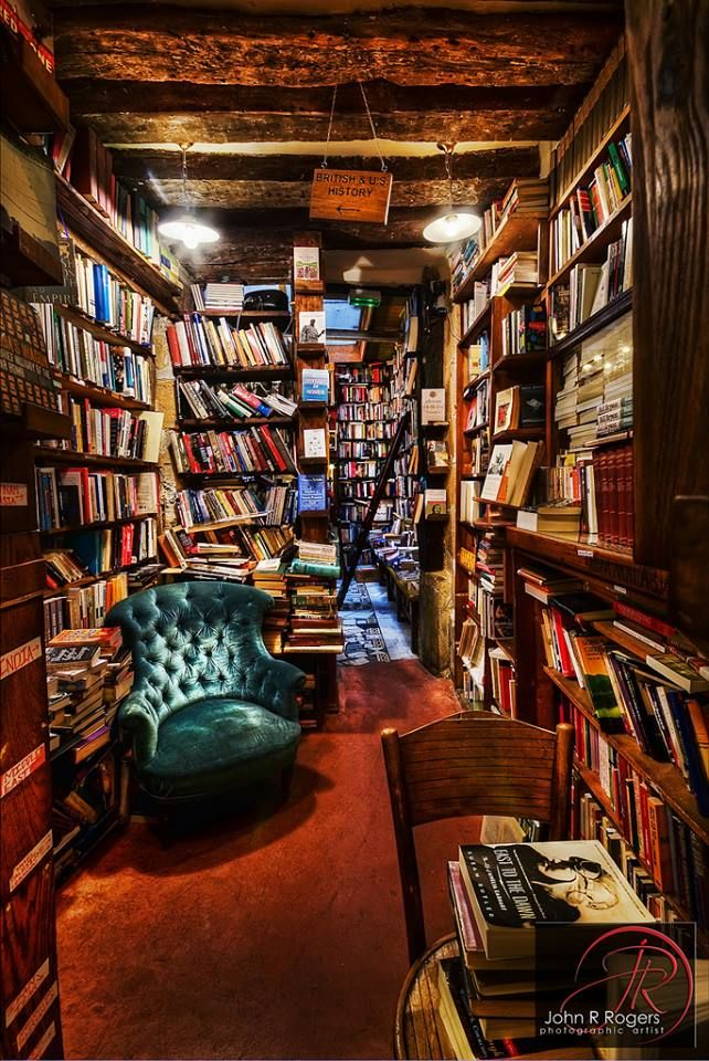 I would love a cosy library like this! Looks like the book shop in Harry Potter!