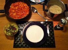 Pilaf ala Grandma's is een lekker recept en bevat de volgende ingrediënten: Ingredienten (4 personen):, ca. 600 gr. rundergehakt, ca. 20 gr. (bak)boter, scheut olijfolie, 2 grote uien, 3 tenen knoflook (gehakt), 1 blik tomatenpuree (140 gr.), 250 gr. champignons, 4 ontvelde tomaten, 1 blik (400 gr) tomatenblokjes op sap, 1 blik (820 gr) perziken, ca. 1 dl. Ketjap Manis, 1 groentenbouillonblokje, sambal brandal naar smaak of laat het weg, 4 cups (1 x 4 grote koffiekop p.p.) ongekookte wit...