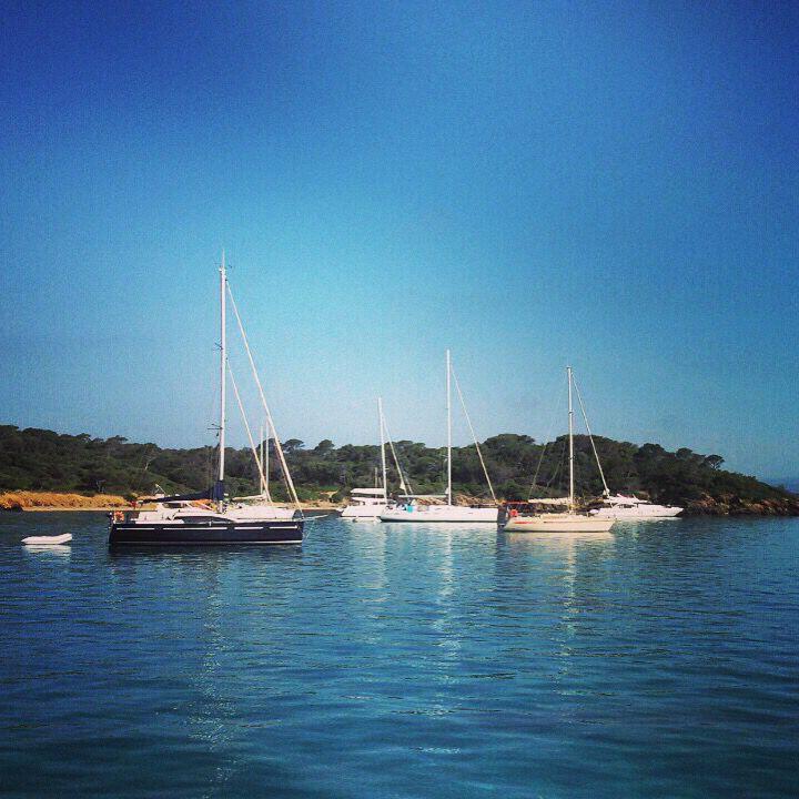 Стоянка на якоре. Аренду яхту на неделю, можно посетить очень много интересных мест. Lovemile.ru